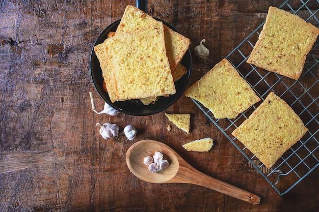 Cocer el pan de ajo fresco del horno. Foto Premium