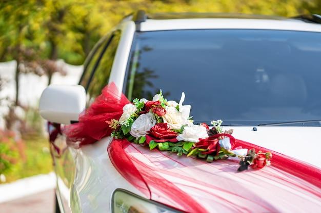 Coche de boda blanco decorado con flores frescas. decoraciones de la boda. Foto Premium