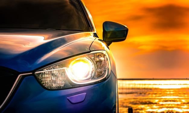 Coche compacto suv azul con deporte y diseño moderno estacionado en carretera de hormigón Foto Premium