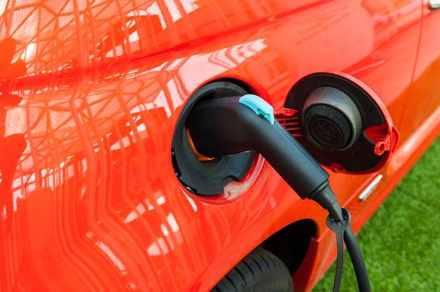 Coche eléctrico en estación de carga. Foto Premium