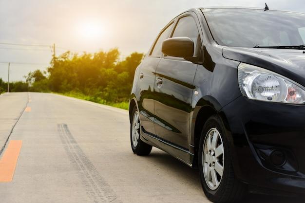 Coche estacionado en la carretera, deporte de la carretera de transporte Foto Premium