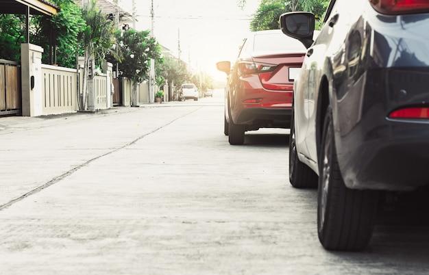 Coche en fondo borroso de la calle. para la imagen automotriz del transporte del automóvil o del transporte. Foto Premium