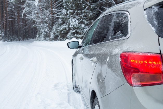Coche gris en carretera de invierno Foto Premium
