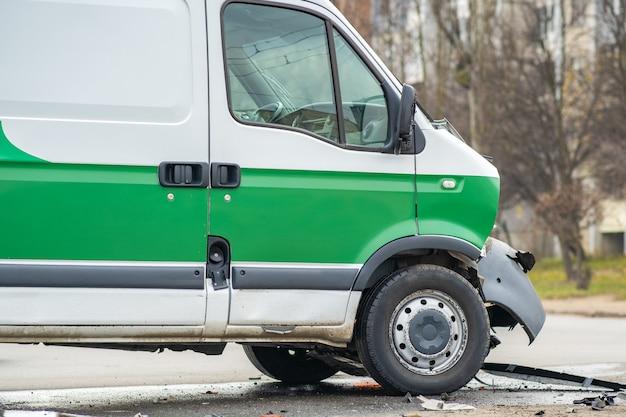 Coche muy dañado después de un accidente automovilístico en una calle de la ciudad. Foto Premium