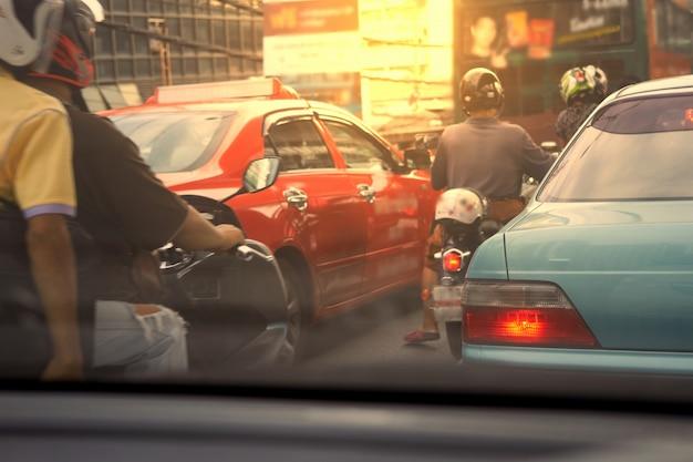 Coches y motocicletas esperan en el atasco de tráfico en la mañana en concepto de contaminación Foto Premium