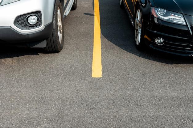Coches en la vista frontal del estacionamiento Foto gratis