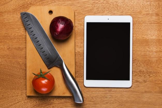 Cocina. cuchillo con tableta Foto gratis