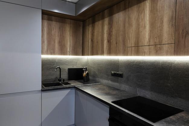 Cocina de diseño moderno con luz ambiental. Foto gratis
