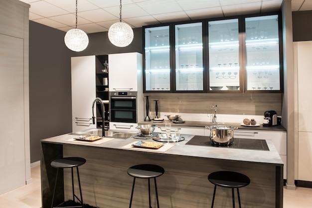 Cocina moderna con isla central y taburetes. Foto Premium