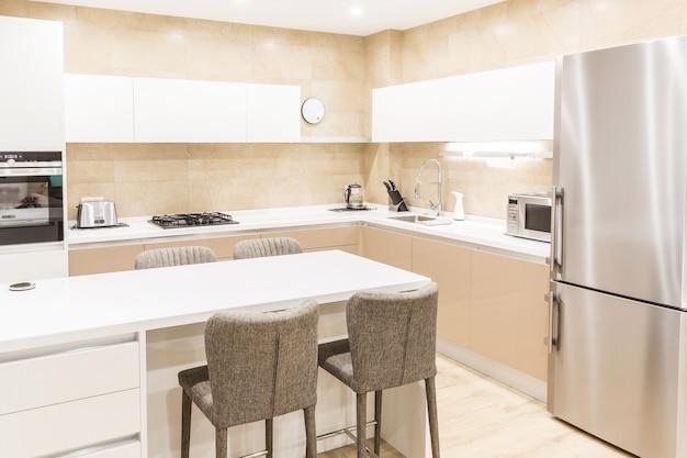Cocina moderna en un lujoso apartamento en tono beige. Foto Premium