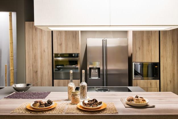Cocina moderna con muebles de madera.   Foto Premium