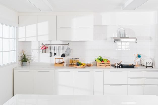 Cocina de sueño blanco puro que está totalmente impecable. Foto Premium