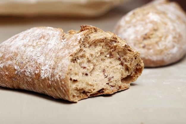 Cocinando. delicioso pan hecho de buen trigo. Foto gratis