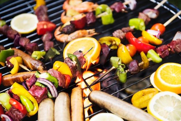 Cocinar barbacoa en parrilla de carbón Foto gratis