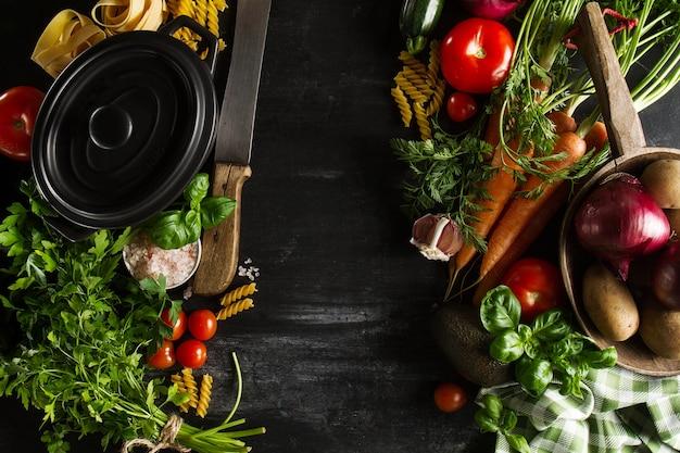 Cocinar el concepto de detox de verduras saludables con Cosas para cocinar