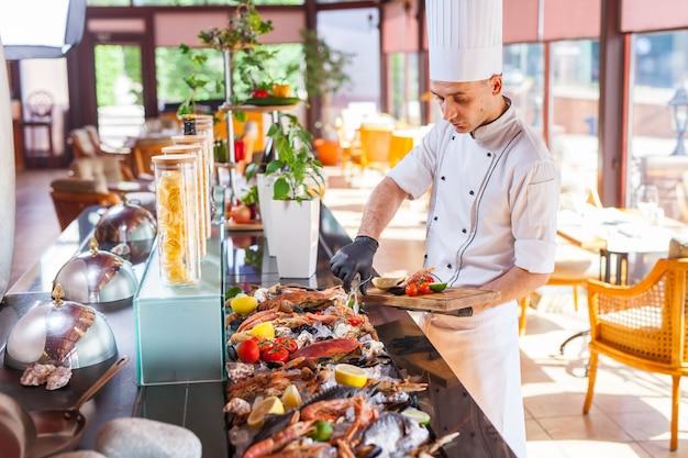 Cocinar mariscos en un restaurante. Foto Premium