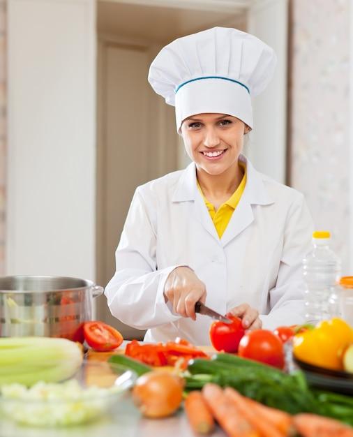 Cocinero trabaja con verduras en la cocina descargar for Herramientas de un cocinero