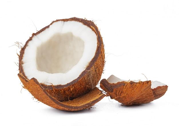 Coco agrietado listo para comer, sobre fondo blanco. Foto Premium