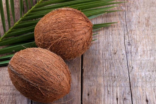Coco en mesa de madera. Foto Premium