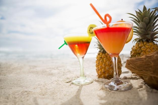 Coco pi a y dos vasos de c ctel de bebidas mantienen en for Vasos de coctel