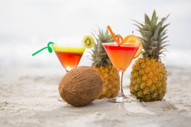 Coco pi a y dos vasos de c ctel de bebidas mantuvo en la for Vasos de coctel