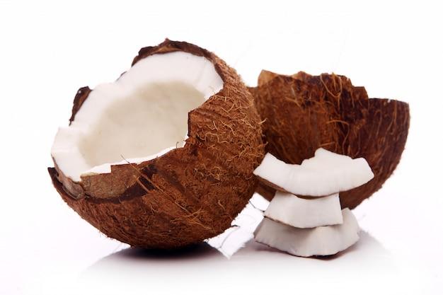 Cocos frescos en superficie blanca Foto gratis