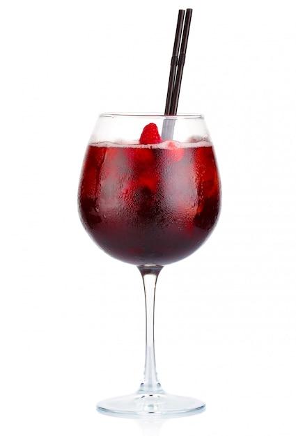 Cóctel de alcohol rojo con vino tinto y frambuesas aislados Foto Premium