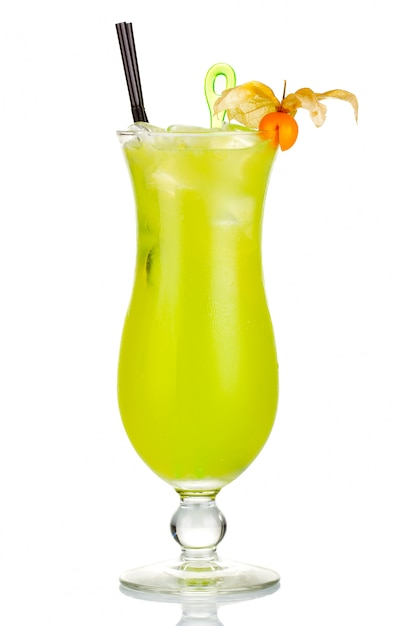 Coctel de alcohol verde con bayas de physalis aislado Foto Premium