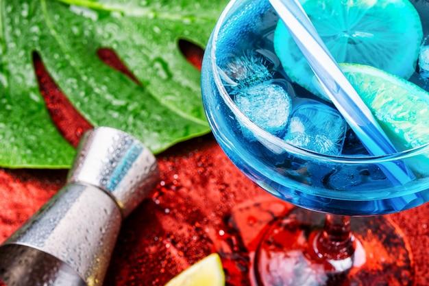 Cóctel azul con hielo Foto Premium