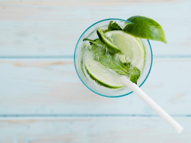 Cóctel fresco de verano con lima, menta y hielo. Foto gratis