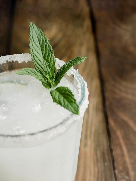 Cóctel frío delicioso y transparente con menta fresca y sal. Foto gratis