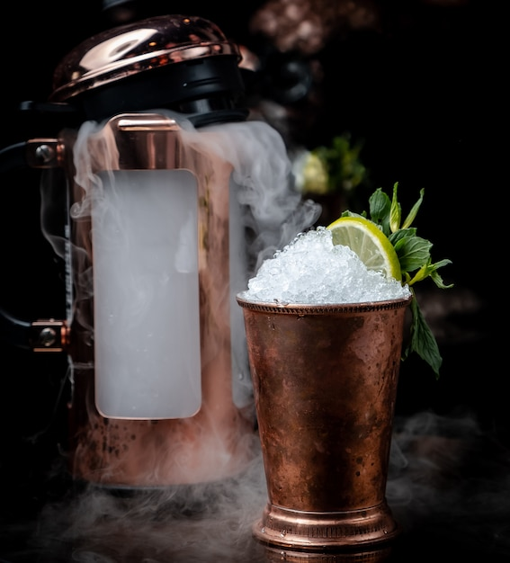 Cóctel frío en la mesa Foto gratis