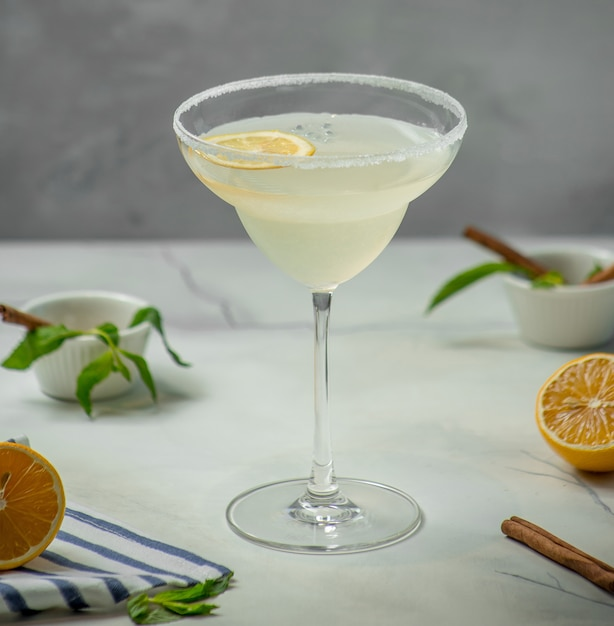 Cóctel de hielo de limón sobre la mesa Foto gratis