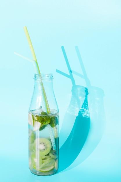 Cóctel de kiwi en botella Foto gratis