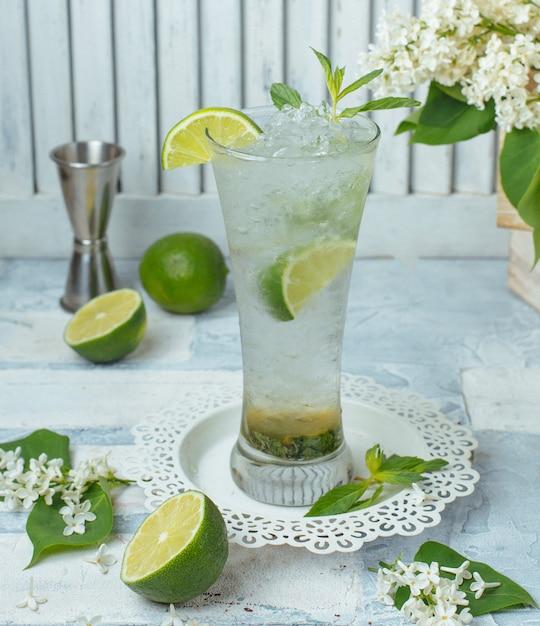 Cóctel de limón frío sobre la mesa Foto gratis