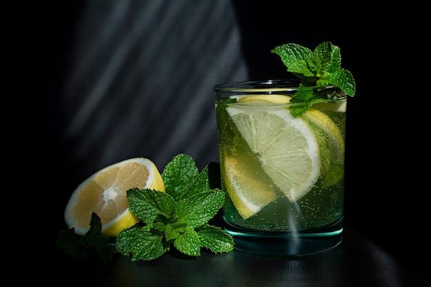 Cóctel de limonada o mojito con limón y menta, bebida refrescante fría con hielo Foto Premium