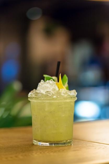 Cóctel en la mesa. bar, restaurante Foto Premium