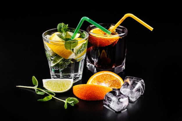 Cóctel de mojito y ron y cola alochol servido en copas de highball Foto gratis