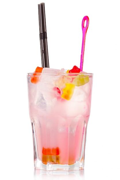 Coctel rosado del alcohol con los caramelos gomosos del oso aislados en blanco Foto Premium
