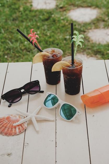 Cóctel de verano en el parque acuático de vacaciones. Foto Premium
