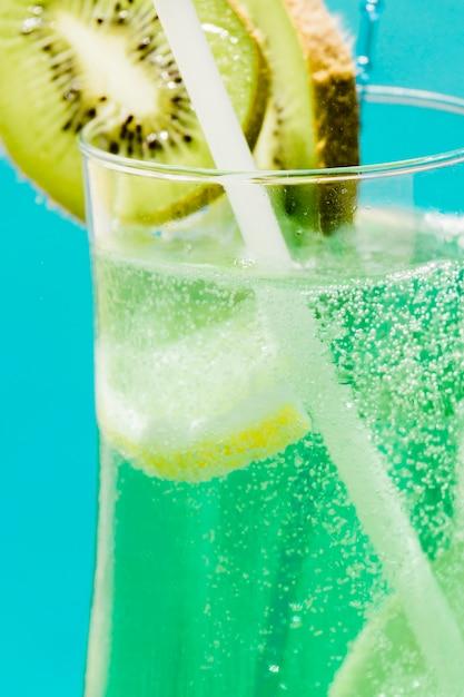 Cóctel de verano verde exótico frío con kiwi y limón Foto gratis