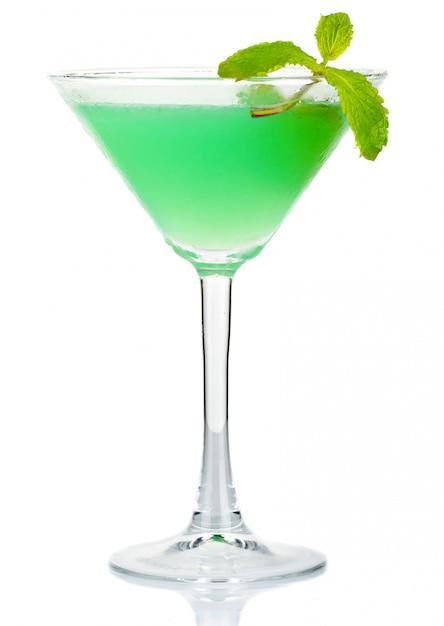 Coctel verde del alcohol con las hojas de menta fresca aisladas en blanco Foto Premium
