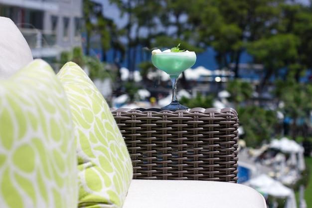 Cóctel verde en un hermoso vaso con helado y hojas de menta verde Foto Premium