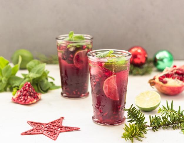 Cóctel con zumo de frutas, lima, menta, granada Foto Premium