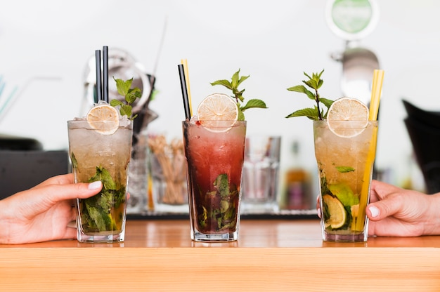 Cócteles alcohólicos de primer plano listos para ser servidos Foto gratis