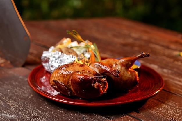 Codornices a la plancha con salsa Foto Premium