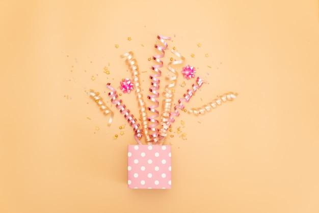 Colección de objetos de fiesta de cumpleaños rosa en una caja de regalo Foto Premium