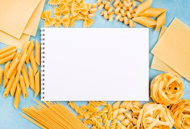 Colección de pasta italiana con cuaderno Foto gratis