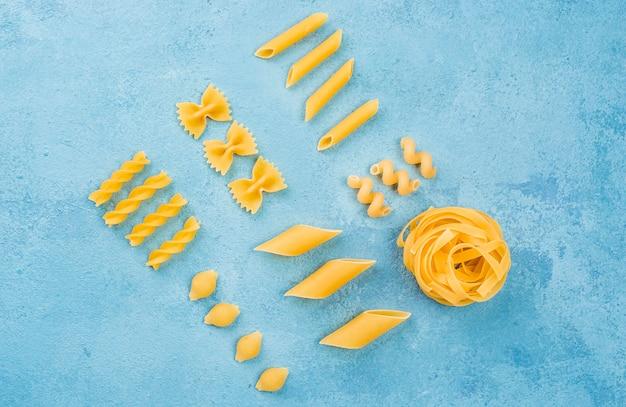 Colección de pasta italiana en el escritorio Foto gratis