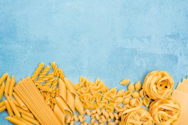 Colección de pasta italiana con espacio de copia Foto gratis